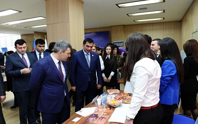 Bakı Ali Neft Məktəbində birinci karyera sərgisi açılıb - FOTOLAR