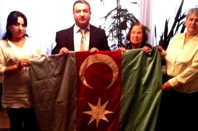 """100 yaşlı bayrağı təslim alan tədqiqatçı: """"Novruz müəllimə əmanətin məndə olduğunu dedim"""" -FOTO"""