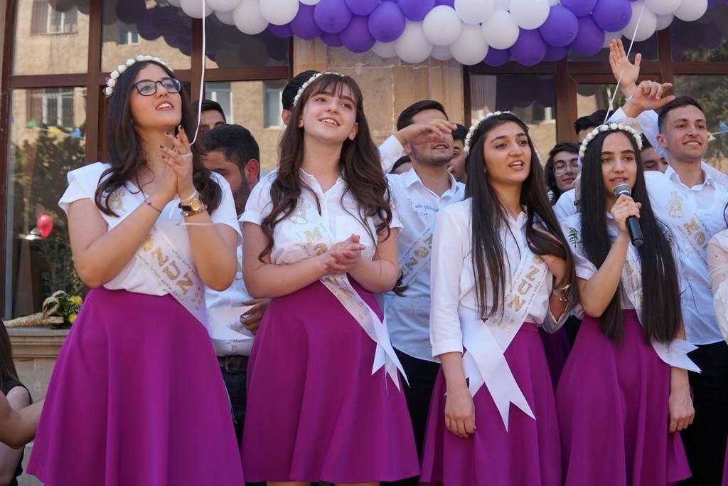 11 ilin bozrəngli sevinc, standart çıxış, uyğunsuz musiqi ilə əridiyi gün -