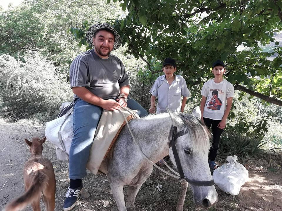 """Ucqar dağ kəndlərinə atla kitab paylayan müəllim: """"Qayadan yıxıldıq, arxamızca çoban itləri düşdü"""""""
