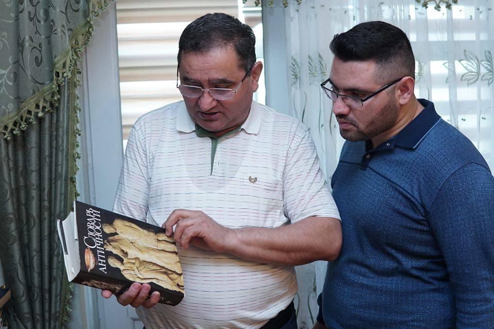 Etibar Əliyevin yaşı yüzdən çox olan nadir kitabları, qeyri-adi kitabxanası-LAYİHƏ-VİDEO