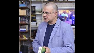 """Elçin Mirzəbəyli kimsəsiz adaya özü ilə bu kitabları aparacaq – Şair-jurnalistin """"Kitab çantası"""""""