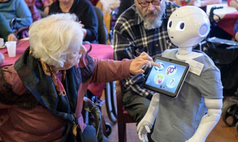 Süni intellektli robotlar ahıl insanlara kömək edirlər