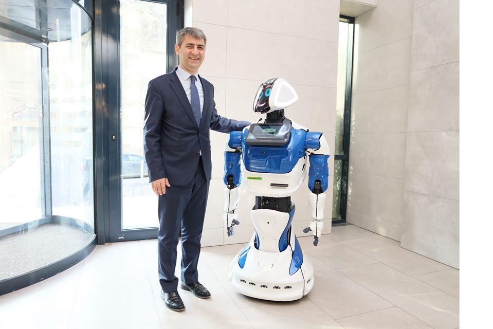 Azərbaycanda ilk-Robot bankda işə başladı