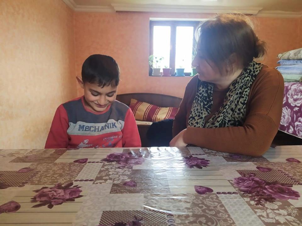 Kənd məktəbində nümunəvi addım – Psixoloq şagirdlərin evinə yollandı