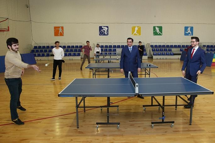 İsrail səfiri tələbə ilə tennis oynadı