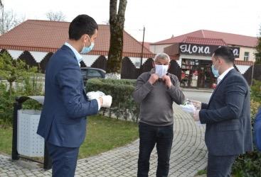 Peşə məktəbinin könüllüləri tibbi maska tikərək ehtiyacı olan sakinlərə pulsuz payladılar