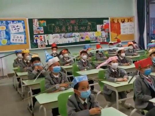 Koronavirusdan müdafiə: Çində məktəbliləri qeyri-adi baş geyimi taxmağa məcbur edirlər - FOTO