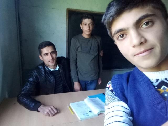 """Ucqar dağ kəndinin müəllimi: """"Ailələrin internet paket almağa imkanı yoxdur""""-Distant dərs"""