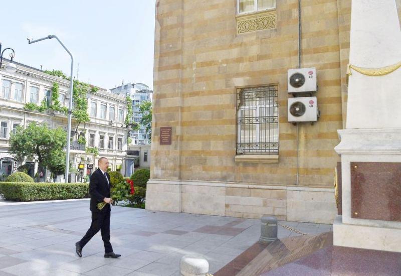 Prezident Xalq Cümhuriyyətinin şərəfinə ucaldılmış abidəni ziyarət etdi –FOTOLAR