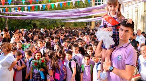 """""""Məzunlarımız yeni bir həyata qədəm qoyurlar"""" – İctimai Şuranın """"Son zəng"""" təbriki"""