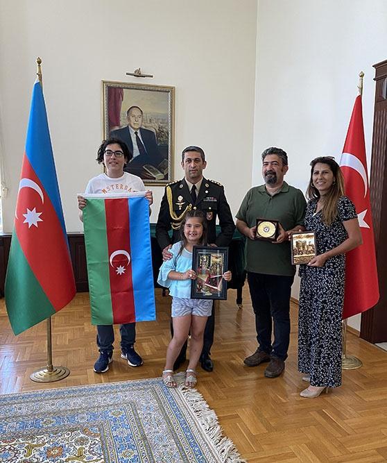 Türkiyəli gəncə Azərbaycan bayrağı hədiyyə edildi