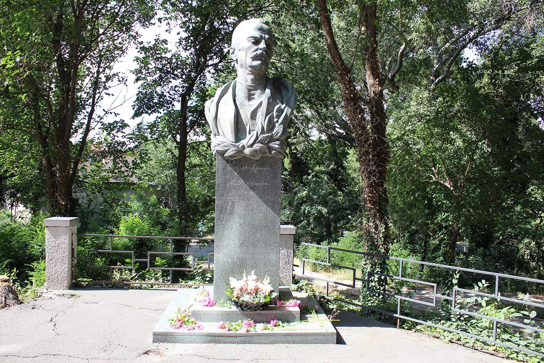 M.F.Axundzadənin Tbilisidəki büstü - 13 illik zirzəmi həyatı, gürcü həkimin xeyirxahlığı və Saakaşvilinin jesti