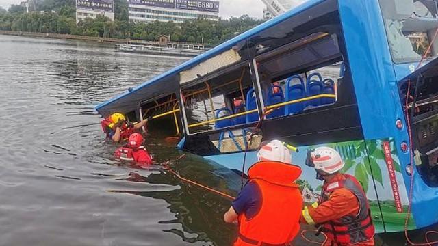 Məktəbliləri daşıyan avtobus gölə düşdü -21 nəfər öldü