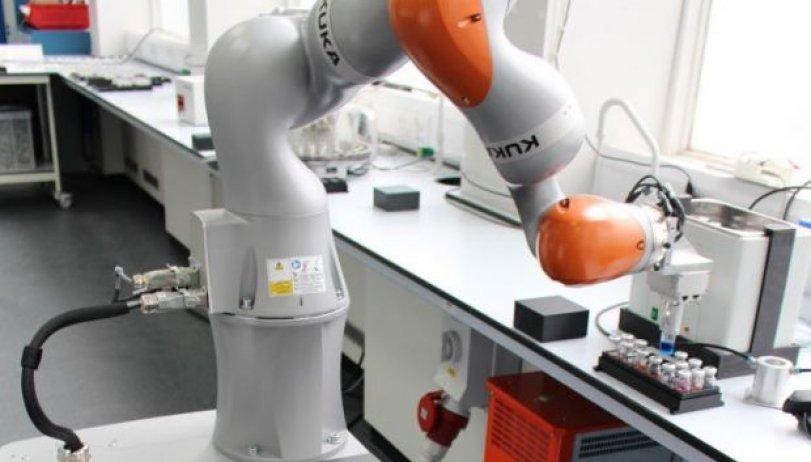 İnsandan 1000 dəfə sürətli işləyən robot alim hazırlanıb